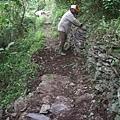 邊坡石牆已有數百年,再給它整理整理