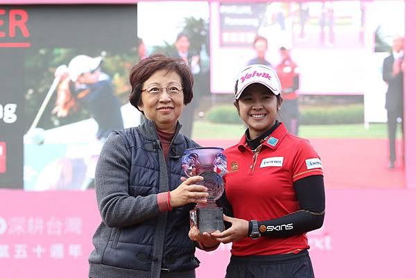台灣日立股份有限公司董事長黃葉寶鳳(左)頒獎杯給泰國女將波南隆