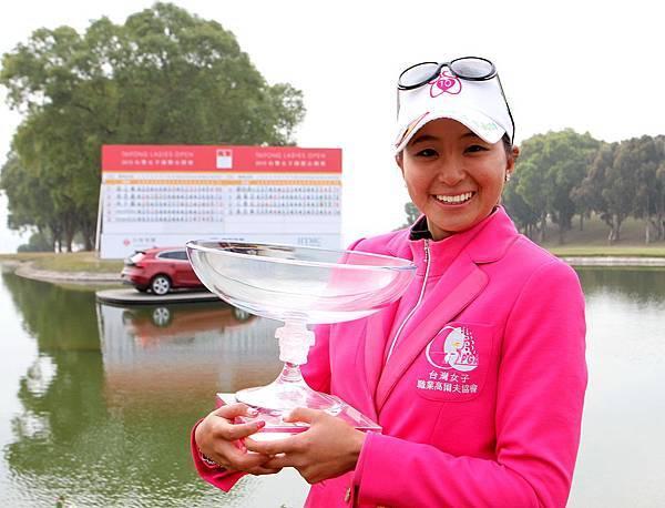 郭艾榛高興地捧著第一座職業賽冠軍獎杯
