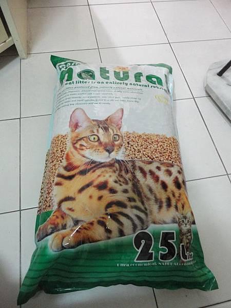 103.12.28寵物展買的卡爾天然松樹砂-400