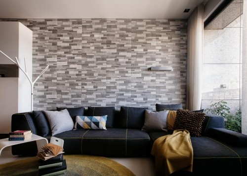 有一面的客厅沙发背墙用板岩砖作为建材,特别使用了深中浅的灰阶色彩和如文化石般的效.jpeg