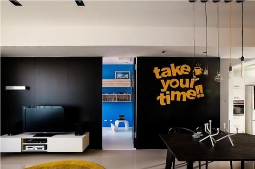 黑色的墙面内部为储藏空间,方便东西的收纳。.jpeg