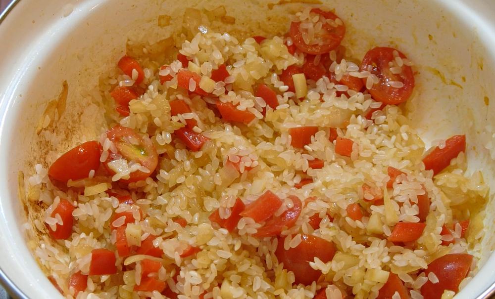 西班牙海鮮燉飯步驟-加入白米.jpg