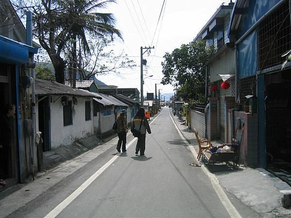 銅門街景-左方是銅門村的報導人
