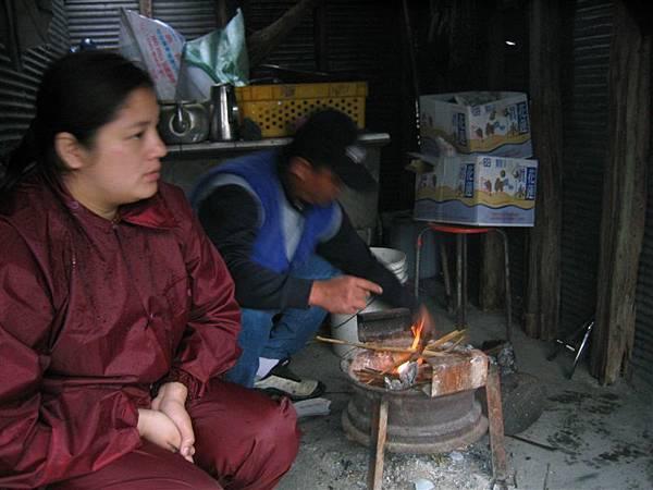 米亞灣社區-冷天不免烤火一番