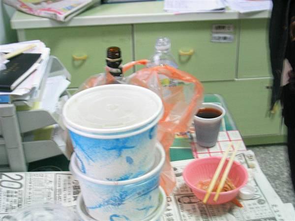 地段護士於衛生室中盛情款待的中餐--碗後面的維士比是我們的飲料