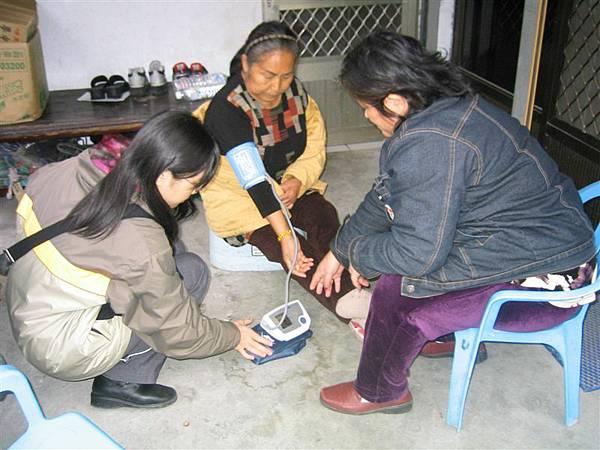 社區訪視-戶外廊沿下量血壓