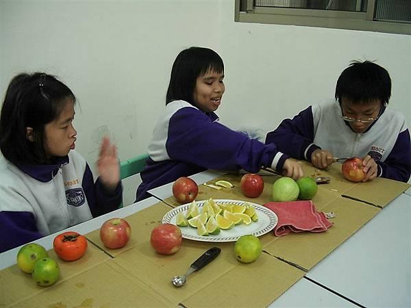 盈瑩、桂莉、菘晏--九年級&七年級(菘晏不太會使刀子)