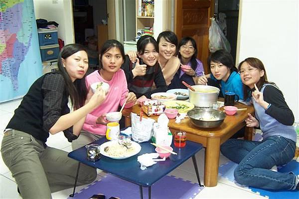 由左至右-鳳娥、儀玲、麗玟、婉萍、我、怡潔、欣怡