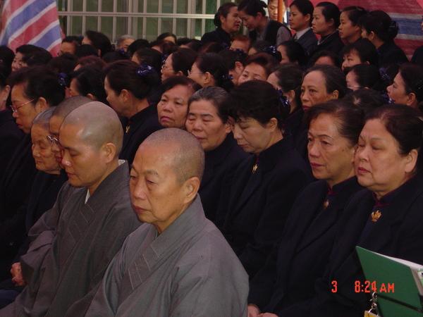 靜思精舍的師父和慈濟委員們,一起為祖父祝福
