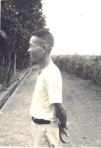 年輕的祖父(背後的這一條路通到海邊)