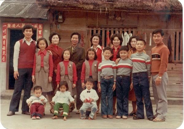 老家改建前的樣子-小孩穿的衣服都是二伯母自己做的