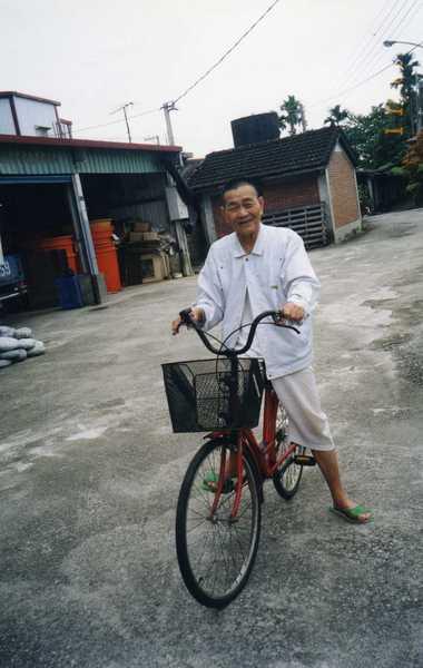 九十歲-非常健康,還可以自己騎車關心親戚