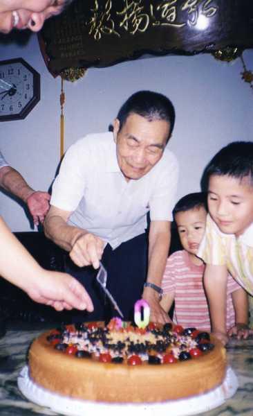 不知道祖父切蛋糕時是什麼心情