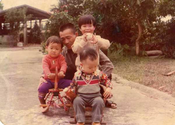三位同年的哥哥(現在三位都結婚生子了)