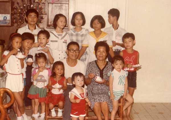 正中間是祖父祖母-旁邊都是孫輩