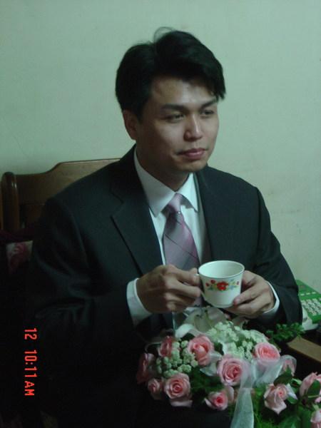 新娘家人請新郎喝茶。