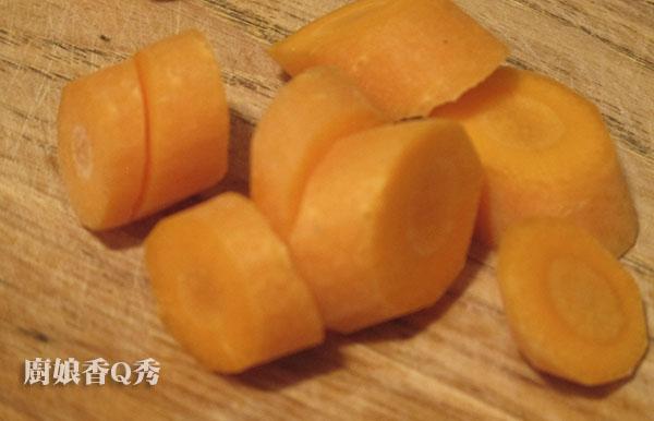 南瓜濃湯_6紅蘿蔔切滾刀塊