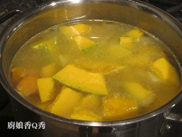南瓜濃湯_13放入高湯或水蓋過材料