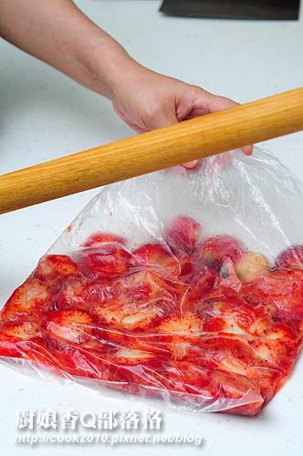 將草莓裝進一塑膠袋內,用手或木棍拍幾下,不用太大力,也不需壓太碎.jpg