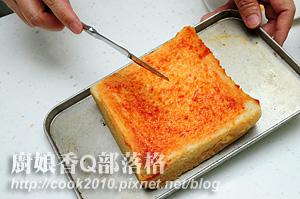 作法1-土司抹蕃茄醬先進烤箱烤到蕃茄醬微乾.jpg