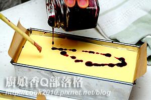 滴幾滴桑椹汁在表面,用筷子輕輕畫圈圈.JPG