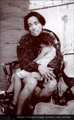 1998_Clarence Williams_Theodora Triggs, 34, cradles daughter Tamika, 3, after shooting heroin
