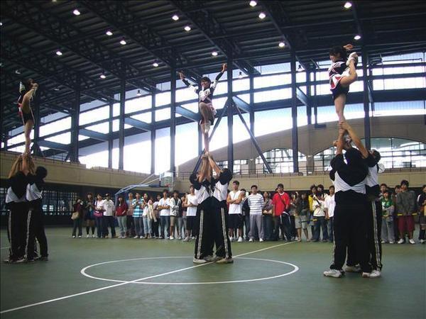 本校啦啦隊表演