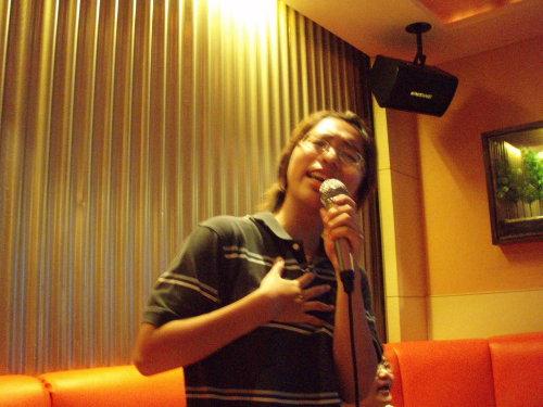 唱情歌就是要深情阿~~