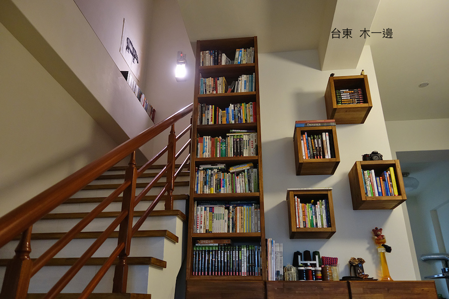 一樓的大書櫃.JPG