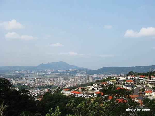 71 奇岩山拍下台北市.JPG