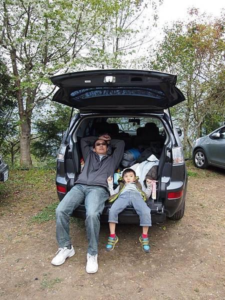 021_沒帶桌椅只好躺車上的父子
