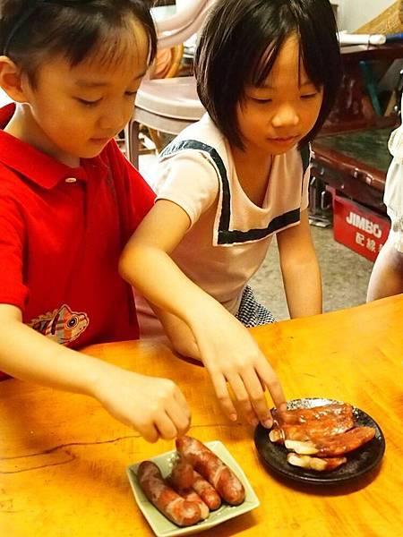 還拿香腸跟紅燒肉請小孩吃.jpg