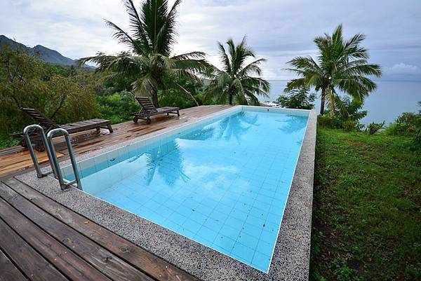 下雨天,可惜了這泳池.jpg