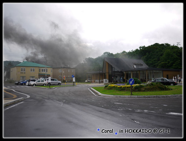 好像失火喔...其實是蒸汽火車冒的煙啦!!