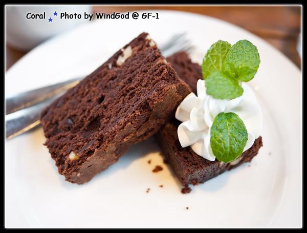 小布朗尼蛋糕...很撐連這一小塊都吃不太下