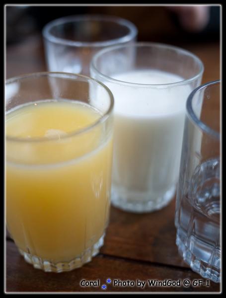 新鮮來一杯冰牛奶和柳橙汁...非常健康的感覺