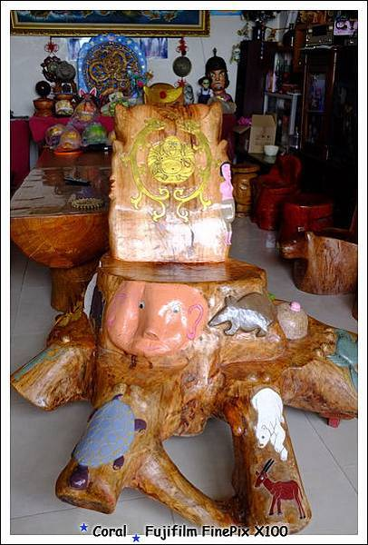 好多動物的大木雕椅