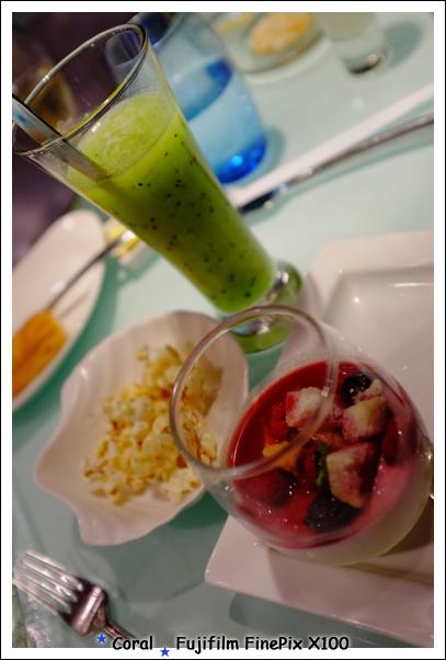 珊瑚的奇異果汁和莓果鮮奶酪