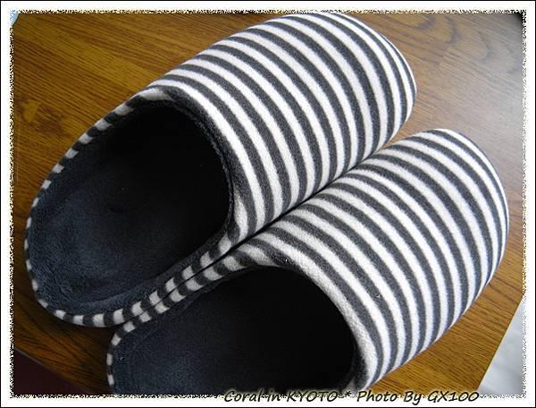 毛茸茸的室內拖鞋...很舒服唷!!