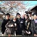 左右兩邊是台灣同學包圍義大利同學