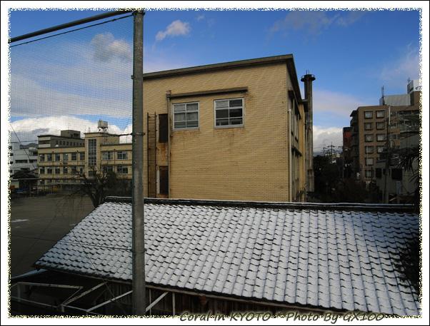 吼啦~~~看!!對面的屋頂積雪囉!!