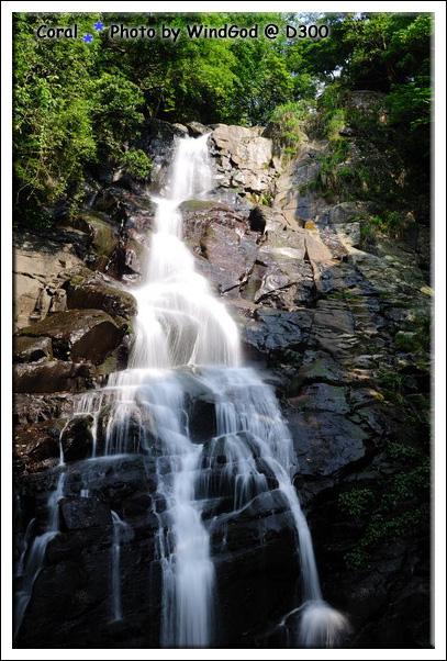 待在瀑布下很清涼呢!!