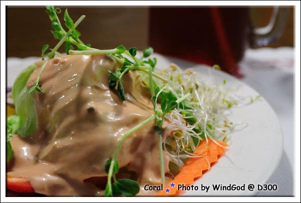 沙拉很大份...味道普普的千島醬