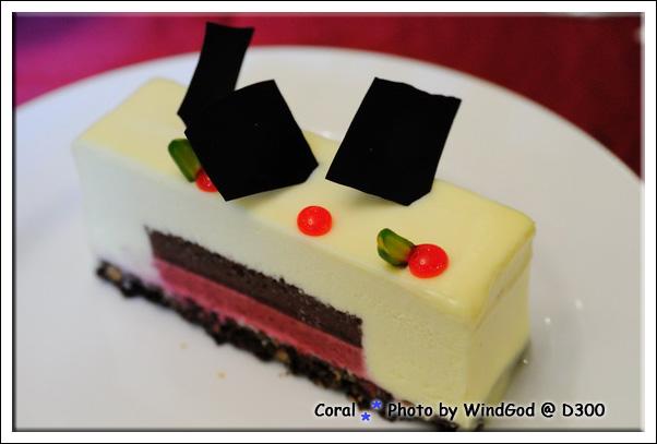 只吃白巧克力部分很甜...要搭配中間酸酸的慕斯