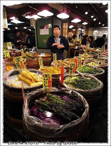 錦市場內的醃漬物...逸君姊說這要帶稀飯來配,哈哈哈!!