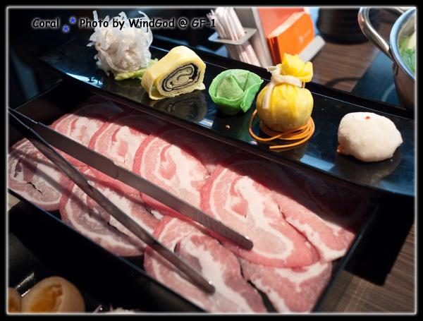 珊瑚的大麥豬肉主餐以及綜合手工創意拼盤
