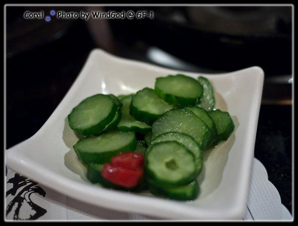 小菜招待花生和醃小黃瓜