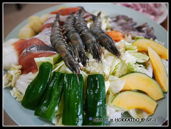燒烤鐵板料理的食材...蔬菜,鮭魚,五花肉,4隻蝦仔