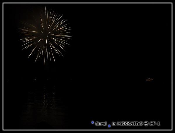 洞爺湖4-10月夜晚沿著湖畔施放煙火